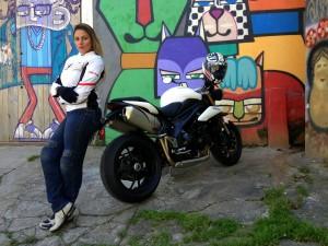 mulher-motociclista-motoqueira-pilota