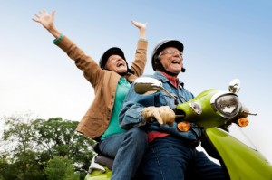 casal-de-idosos-na-moto