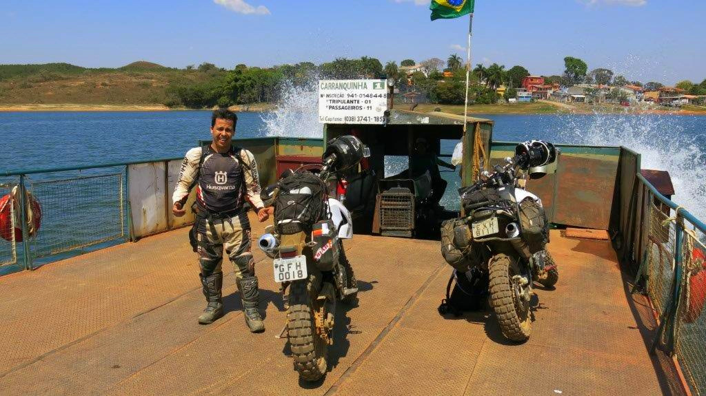 Travessia de balsa represa de Camargos entre Capela do Saco e Caquende – MG